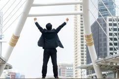 Achtereind van Aziatische zakenmanhanden omhoog met gelukkig ogenblik Stock Afbeeldingen