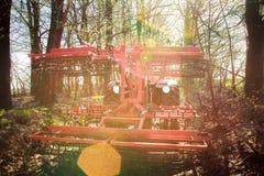 Achtereind wieden-aanhangwagen achter tractor op grondweg in bos royalty-vrije stock fotografie