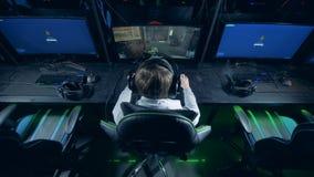Achtereindmening van een gamer die een videospelletje spelen stock footage