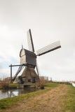 Achtergedeelte en kant van een Nederlandse houten holle postmolen Stock Fotografie