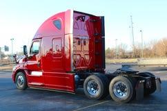 Achtergedeelte van Gloednieuwe Rode Tractoraanhangwagen royalty-vrije stock afbeeldingen