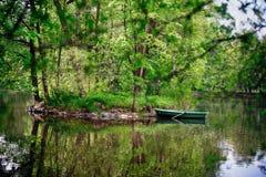 Achtergrond De boot dichtbij de kust van een klein eiland Stock Afbeelding