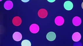 Achtergrond De gekleurde cirkels bewegen zich op een donkere achtergrond stock videobeelden