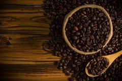 Achtergrond/de Koffiebonen van koffiebonen/Koffiebonen op Houten Achtergrond Stock Fotografie