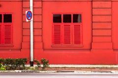 Achtergrond: De rode bouw op de zijgang met de verkeersteken. Stock Fotografie