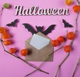 Achtergrond Decoratie aan Halloween Envelop met leeg document voor tekst Papercutknuppels het vliegen Hoogste mening met exemplaa Stock Afbeeldingen