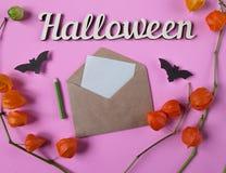 Achtergrond Decoratie aan Halloween Envelop met leeg document voor tekst Papercutknuppels het vliegen Hoogste mening met exemplaa Royalty-vrije Stock Afbeelding