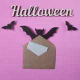 Achtergrond Decoratie aan Halloween Envelop met leeg document voor tekst Papercutknuppels het vliegen Hoogste mening met exemplaa Stock Afbeelding