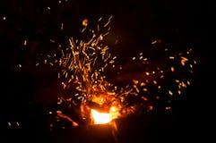 Achtergrond defocused Vonken die van de brand vliegen Brandend hout Brand stock foto