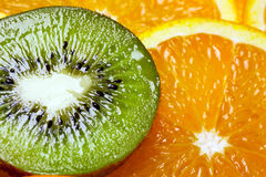 Achtergrond delen van sinaasappel en kiwi door ringen. Stock Afbeeldingen