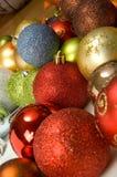 Achtergrond die met kleurrijke Kerstmisballen wordt gevuld Stock Foto