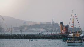 Achtergrond die van beroemd Alcatraz-eiland en vroegere gevangenis in San Francisco wordt geschoten, de mooie boten van de de zom stock video
