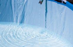 Achtergrond die van blauw duidelijk water in motie met golven, met plons gieten royalty-vrije stock foto