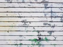 Achtergrond die van die metaal poort vouwen met schil witte verf wordt behandeld met groene vlekken royalty-vrije stock foto