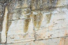 Achtergrond: doorstane grungy concrete muur royalty-vrije stock afbeelding