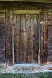 Achtergrond drempel Mooie antieke uitstekende houten deur van een blokhuis Stock Afbeelding