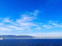 Achtergrond en natuurlijk concept De witte wolken drijven in royalty-vrije stock afbeeldingen