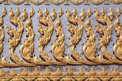 Achtergrond: Gedetailleerd gouden beeldhouwwerk op de muur stock fotografie