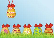 Achtergrond: Gelukkige Pasen met gekleurde eieren Stock Afbeeldingen
