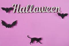 Achtergrond Halloween-decoratie met tekst Papercutknuppels en kat Hoogste mening met exemplaarruimte Stock Afbeeldingen