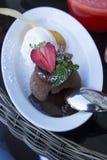 Achtergrond heet chocolade zoet die dessert met aardbeien op een witte plaat in koffie wordt versierd Royalty-vrije Stock Afbeeldingen