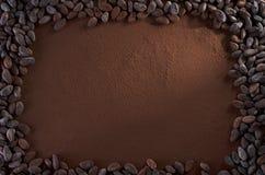 Achtergrond het Exemplaarruimte van het cacaopoeder en Cacaobonen Stock Foto's