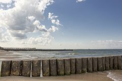 Achtergrond, houten golfbrekers door sea1 royalty-vrije stock afbeelding