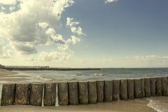 Achtergrond, houten golfbrekers door sea1 stock afbeelding