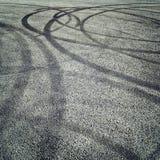 Achtergrond met bandsporen op het asfalt - retro fotofilter Royalty-vrije Stock Afbeeldingen