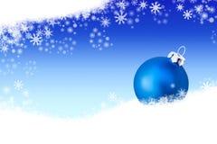 Achtergrond met blauwe Kerstmisbal in de sneeuw Stock Foto