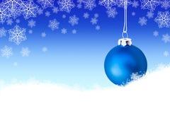 Achtergrond met blauwe Kerstmisbal in de sneeuw Stock Fotografie
