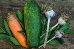 Achtergrond met courgette en wortelen met knoflook Royalty-vrije Stock Afbeeldingen
