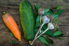 Achtergrond met courgette, wortelen en knoflook Royalty-vrije Stock Afbeelding