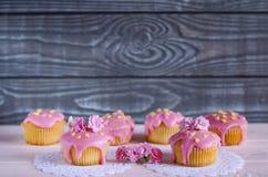 Achtergrond met cupcakes met roze en grijze kleuren Stock Fotografie