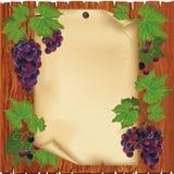 Achtergrond met druif en document op houten raad Stock Foto