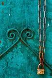 Achtergrond met een roestige ketting met een slot Stock Fotografie