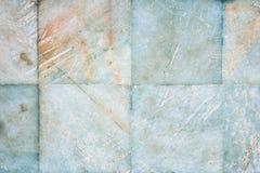 Achtergrond met een textuur van oud, gekrast natuursteen De muur is een betegelde bodem van marmer stock afbeeldingen
