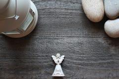 Achtergrond met engel en stenen op een donkere houten lijst Stock Foto's
