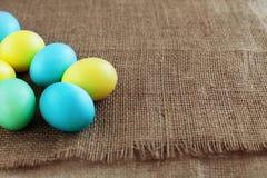 Achtergrond met gekleurde eieren voor groet Het concept een happ Royalty-vrije Stock Afbeelding