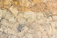 Achtergrond met gele uitstekende muur met mozaïek Royalty-vrije Stock Afbeeldingen