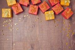 Achtergrond met giftvakjes op houten lijst Het concept van de verkoop en van de korting Mening van hierboven Stock Fotografie