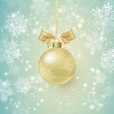 Achtergrond met Gouden Kerstmisbal en Sneeuwvlokken Stock Foto's