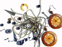 Achtergrond met het Doordringen van oorringen, oranje oorringen, parels, kabels voor armbanden Stock Afbeeldingen