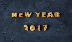 Achtergrond met het gebakken gelukkige nieuwe jaar 2017 van peperkoekwoorden Creatief idee Stock Fotografie