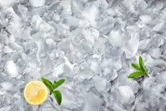 Achtergrond met ijsblokjesmunt en citroen, hoogste mening Stock Fotografie