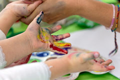 Achtergrond met jonge geitjes geschilderde handen Royalty-vrije Stock Afbeelding