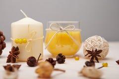 Achtergrond met kaarsen en droge bloemen. Royalty-vrije Stock Fotografie