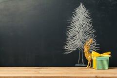 Achtergrond met Kerstboom die op bord en giftdoos trekt Royalty-vrije Stock Foto's