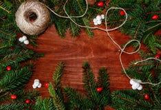 Achtergrond met Kerstboomtakken, bessen en koord van t Royalty-vrije Stock Afbeeldingen