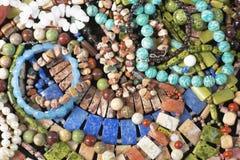 Achtergrond met kleurrijke parels Verschillende parels van natuursteen die op de oppervlakte liggen stock fotografie